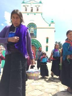 Mujeres saliendo de la iglesia de San Juan Chamula el jueves. J. García