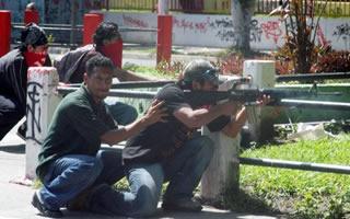Mario Belloso y su unidad al momento del atentado. Se nota que no es una acción improvisada.