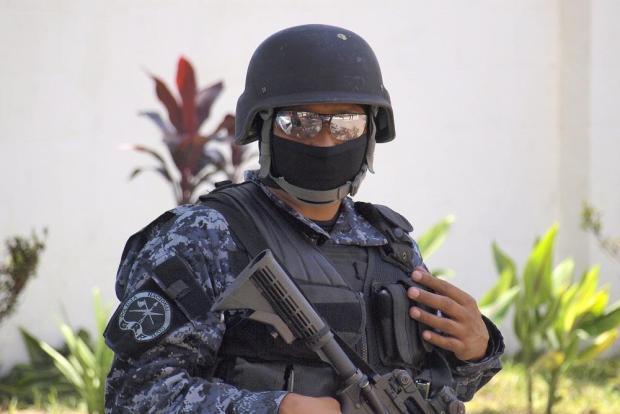 Un integrante del Grupo de Reacción Policial (GRP), una de las estructuras elite de la Policía Nacional Civil que más se ha visto involucrada en el combate directo contra las pandillas desde enero de 2015. Foto Roberto Valencia.