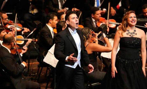 El hijo del comandante cantando en homenajo a  Luciano Pavarotti