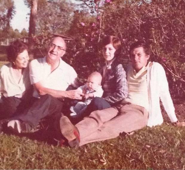 De izquierda a derecha, los padres de Héctor Abad, su hermana Eva, con su hijo en brazos, y el marido de esta entonces, Federico Uribe. Archivo familiar