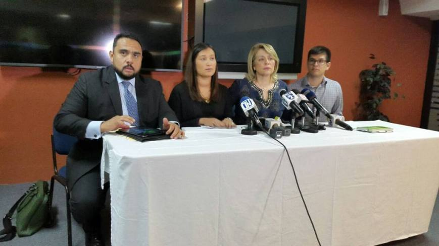 De derecha a izquierda: José Benítez, Emma de Benítez, Emma Benítez hja., Lic. Mario Machado (abogado), en la conferencia de prensa