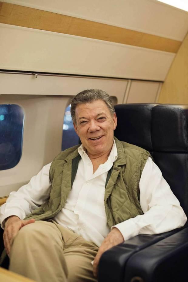 Juan Manuel Santos, en el avión presidencial, tras la entrevista. CAMILO ROZO
