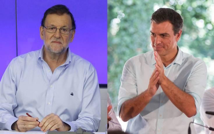 Mariano Rajoy y Pedro Sánchez en sus actos de partido este sábado.