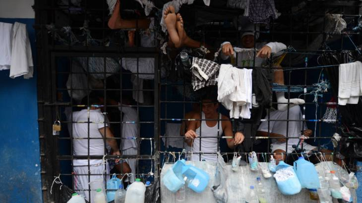 Las condiciones de hacinamiento se mantienen en las bartolinas de la Policía, pese a que ya trasladaron a 2,900 reos a distintos penales. | Foto por JA