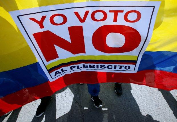 Manifestantes que se oponen al acuerdo entre el gobierno colombiano y las Farc marcharon en Cartagena el 26 de septiembre de 2016, día de la firma de la paz. FOTO: John VIzcaino/Reuters