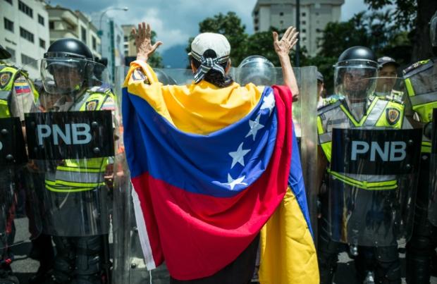 Protesta de la oposición para exigirle al CNE que anuncie la fecha de recolección del 20% de las manifestaciones de voluntad para activar el Referendo Revocatorio contra Nicolás Maduro. Fotografía de Andrés Kerese [16/09/2016].