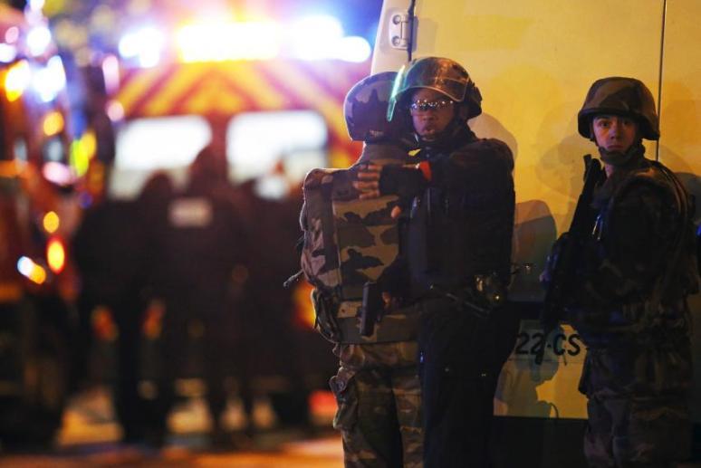 Fotografía de Christian Hartmann tomada el viernes 13 de noviembre de 2015 durante una serie de atentados terroristas que tuvieron lugar en París y arrojaron más de 150 muertos. Reuters.
