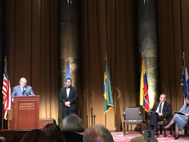 Lee Bollinger, presidente de la Columbia University (NY) presenta a Oscar Martínez