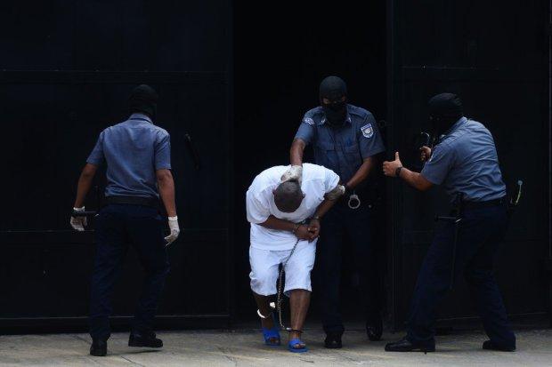 Miembros de las pandillas son escoltados al llegar a la cárcel de máxima seguridad de El Salvador en Zacatecoluca el 1 de diciembre de 2016. Credit Marvin Recinos/Agence France-Presse — Getty Images