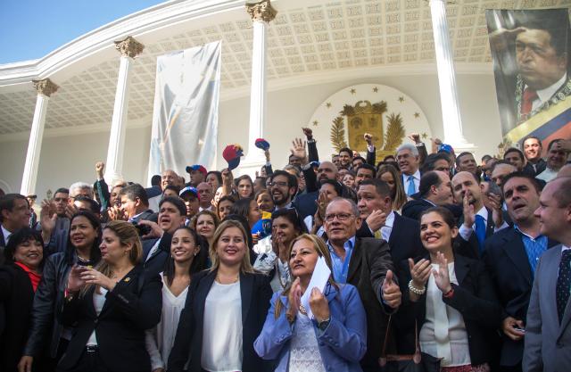 Diputados de la Asamblea Nacional a las afueras del Parlamento de Venezuela. 5 de enero de 2016. Fotografía de Kathiana Cardona