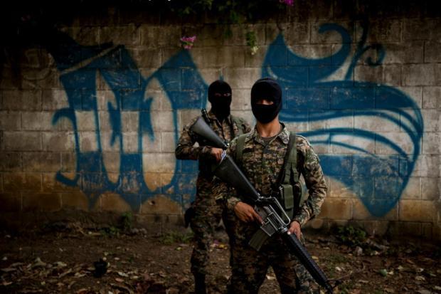 El 4 de abril de 2016, la Policía Nacional Civil y la Fuerza Armada desarrollaron un operativo conjunto en los alrededores de la cárcel de Quezaltepeque. El objetivo era borrar los grafitis con los que la Mara Salvatrucha demarca los territorios que controla. Foto Víctor Peña.