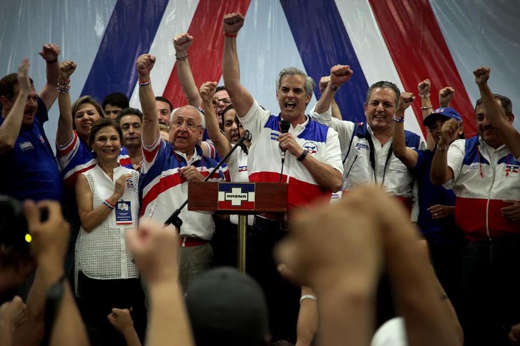Mauricio Interiano celebra, a la par de sus rivales, su triunfo en las elecciones internas del partido ARENA, que tuvieron lugar el 28 de septiembre de 2016, y en las que se elegió al nuevo presidente del Consejo Ejecutivo Nacional (COENA). Foto archivo El Faro.