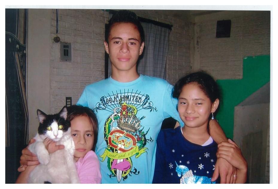 Daniel Alemán con dos de sus hermanas