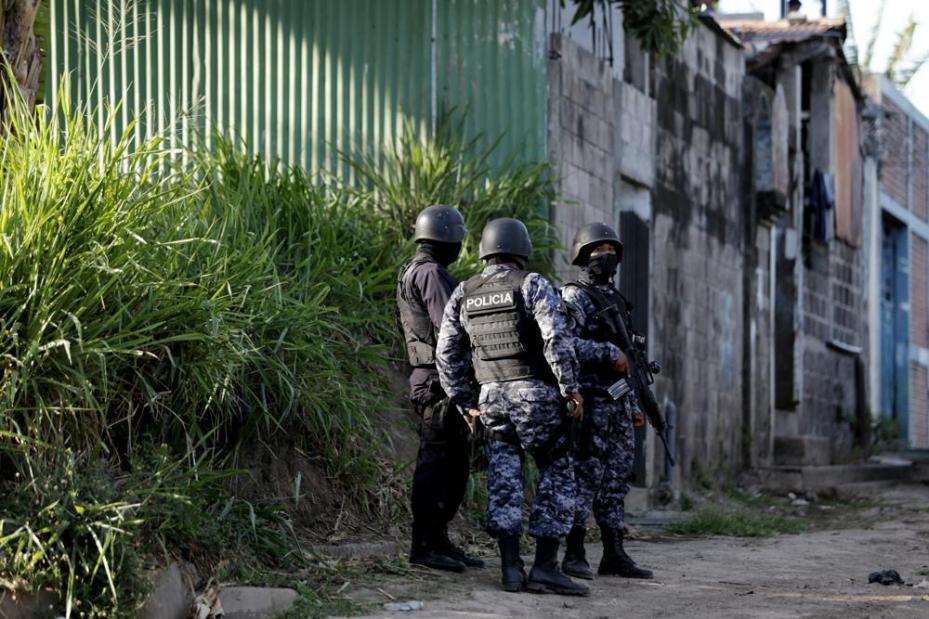 Policías custodian la casa 33 de Villas De Zaragoza, donde ocurrieron las cuatro muertes. Foto:Fred Ramos