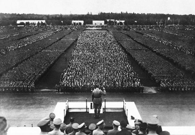 Adolf Hitler posiciona sus tropas en el congreso del partido Nazi. Núremberg, Alemania. 10 de septiembre de 1935